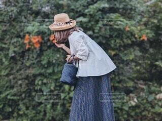 花の匂いを嗅ぐ女性。の写真・画像素材[4781138]
