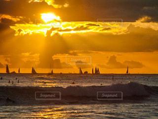 夕陽が沈む海の写真・画像素材[3536382]