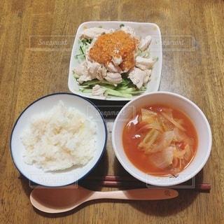 食べ物の皿とコーヒー1杯の写真・画像素材[3312627]