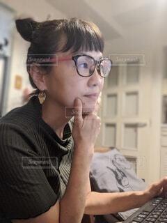 在宅でパソコンを使う人の写真・画像素材[3688995]
