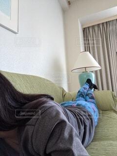 自宅でくつろぐ女性の写真・画像素材[3952272]