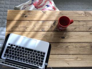 木製テーブルの上のラップトップの写真・画像素材[3313090]