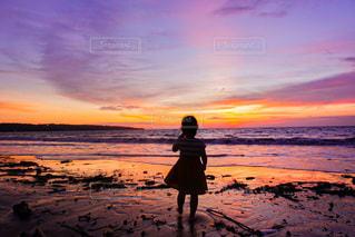夕焼けに佇む娘の写真・画像素材[3316098]