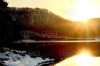 いくつかの水の上に日没の写真・画像素材[3313368]