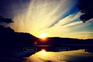 空の雲を照らす太陽の写真・画像素材[3313930]