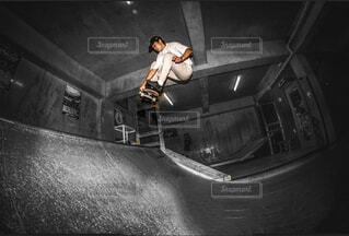 スケートボードでいたずらをしている男の写真・画像素材[3955960]