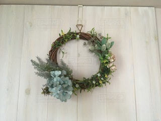 木のドアに飾っているリースの写真・画像素材[3317268]