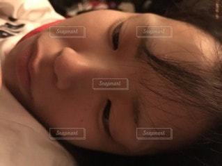 ベッドに横たわる女性のクローズアップの写真・画像素材[3316891]