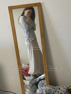 鏡の前に座ってカメラのポーズをとる人の写真・画像素材[3381943]