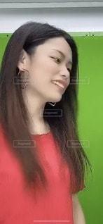 赤のシャツを着た女性の写真・画像素材[3603942]