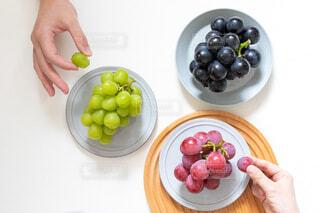 果物のボウルを持っている人の写真・画像素材[4825401]