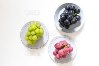 皿の上に果物のボウルの写真・画像素材[4825404]