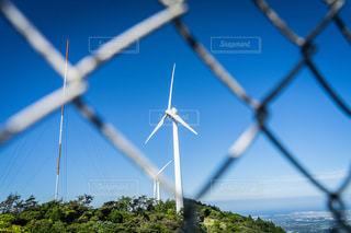 金網越しの風車の写真・画像素材[3317273]
