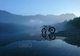 朝霧の中での写真・画像素材[3318347]