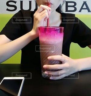 カップを持っている女性の写真・画像素材[3467995]