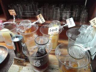 テーブルの上のガラス瓶のグループの写真・画像素材[3760697]