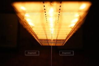 カフェで光るライトの写真・画像素材[3328295]