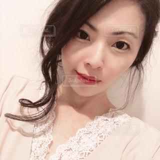 ピンクワンピースを着た女性の写真・画像素材[3337109]