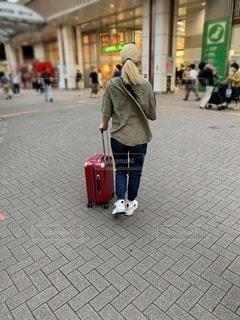 スーツケースを持って歩く女性の写真・画像素材[3344823]
