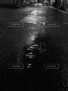 夜の水たまりの写真・画像素材[3392990]