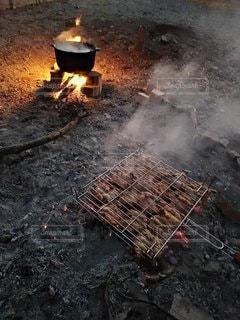 燃えている肉の写真・画像素材[3334612]