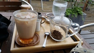 木製のテーブルの上に座っているミルクティを一杯の写真・画像素材[3333061]