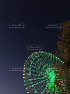 緑色に光る夜の観覧車の写真・画像素材[3347347]