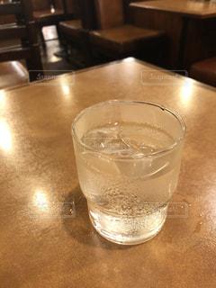テーブルの上のコップ1杯の水をクローズアップするの写真・画像素材[3373814]