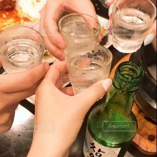 人々はワイングラスから飲んでいるの写真・画像素材[3352551]