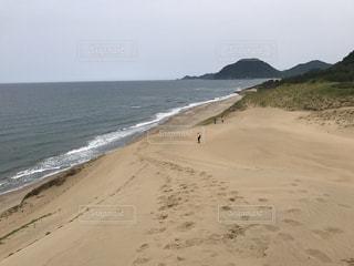 水の体の横にある砂浜のビーチの写真・画像素材[747403]