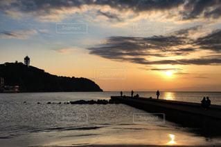 水の体に沈む夕日の写真・画像素材[747409]