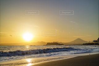 江ノ島、富士山、砂浜のビーチに沈む夕日の写真・画像素材[747410]