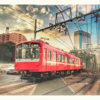 電車の駅で赤と白の列車の写真・画像素材[747691]