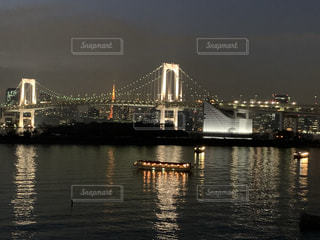 お台場のレインボーブリッジと水面に浮かぶ屋形船の写真・画像素材[3359690]