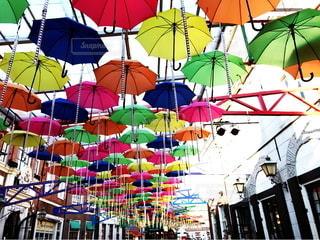 カラフルな傘の写真・画像素材[3346296]