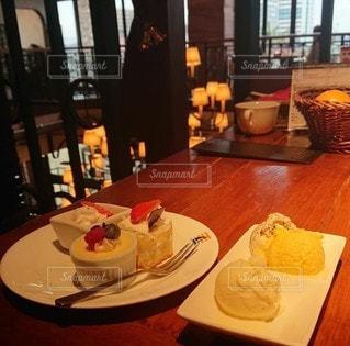 食べ物の皿が入った食堂のテーブルの写真・画像素材[3339066]