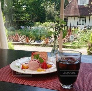 食べ物の皿とテーブルの上のビールの写真・画像素材[3339084]