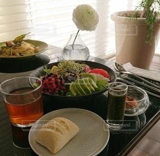 食べ物の皿をトッピングしたテーブルの写真・画像素材[3339087]