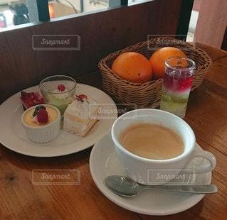 テーブルの上にコーヒーを一杯入れるの写真・画像素材[3339085]