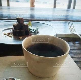 テーブルの上にコーヒーを一杯入れるの写真・画像素材[3339103]