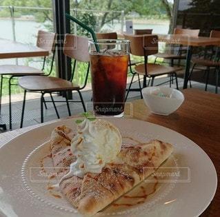 食べ物の皿をテーブルの上に置くの写真・画像素材[3351884]