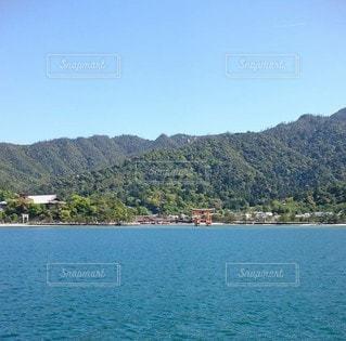 背景に山のある大きな水域の写真・画像素材[3353314]