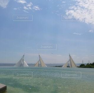 水の体の小さなボートの写真・画像素材[3353346]