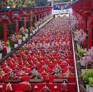赤い敷物に乗った人々のグループの写真・画像素材[3360555]