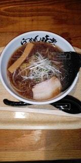 木製のテーブルの上に座っている食べ物のボウルの写真・画像素材[3653224]
