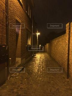 ヨーロッパ 雨の夜道の写真・画像素材[1162040]