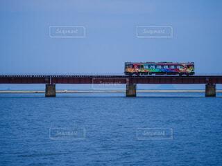 鉄橋を走るカラフルな気動車の写真・画像素材[4694264]