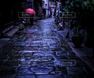 青石畳と赤い傘の写真・画像素材[3355193]