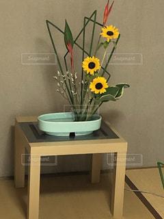 テーブルに黄色い花を持つ花瓶の写真・画像素材[3351627]