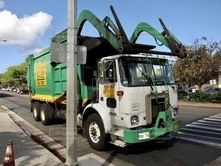 ゴミ収集車の写真・画像素材[3379438]